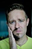 有一个胡子的年轻人在面孔的一半 免版税库存图片
