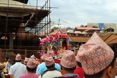 有一个节日在勒利德布尔Durbar广场附近的当地尼泊尔人民'穿的'达卡遮阳帽 库存图片