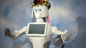 有一个花圈的机器人女孩在她的头 股票录像
