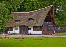 有一个茅屋顶的老房子 免版税库存照片