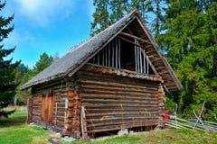 有一个茅屋顶的老日志谷仓 库存图片