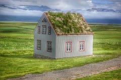 有一个草皮屋顶的被隔绝的逗人喜爱的冰岛房子在Glaumbaer草皮农场附近的谷中间在Skagafjordur,冰岛, 库存图片