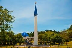 有一个蓝色圆顶和尖塔的,城市民都鲁,婆罗洲,沙捞越,马来西亚美丽的清真寺 图库摄影