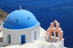 有一个蓝色圆顶的- Santorini一个教会 免版税图库摄影