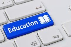 有一个蓝色按钮的键盘-教育 库存图片