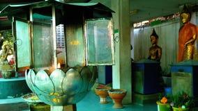 有一个蜡烛的一个火热的杯子在佛教寺庙 泰国 影视素材