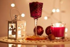 有一个蜡烛的光亮的灯笼在桌上 免版税库存照片