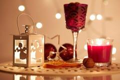 有一个蜡烛的光亮的灯笼在桌上 库存照片