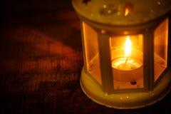 有一个蜡烛的减速火箭的样式灯笼在晚上 免版税图库摄影