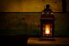 有一个蜡烛的减速火箭的样式灯笼在晚上 免版税库存图片
