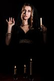 有一个蜡烛的害怕的少妇 免版税库存照片