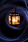 有一个蜡烛的灯笼在反对freezelight画的线背景的黑暗  库存图片