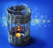 有一个蜡烛的葡萄酒柳条灯在前夕假日 免版税库存照片