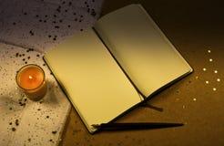 有一个蜡烛的葡萄酒笔记本 免版税图库摄影