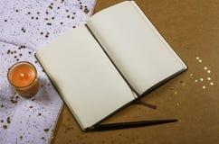 有一个蜡烛的葡萄酒笔记本 免版税库存图片