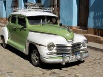 有一个行李架的葡萄酒汽车在一条被铺的街道 免版税库存图片