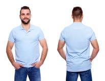 有一个衣领的蓝色球衣在一个年轻人 免版税图库摄影
