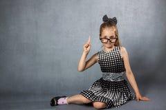 有一个被举的手指的女孩 库存图片