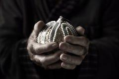 有一个被装饰的圣诞节球的老人 图库摄影