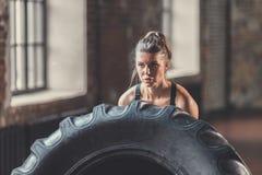 有一个轮子的女孩在体育训练 免版税库存照片
