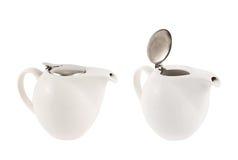 有一个金属盖子盒盖的陶瓷茶壶 免版税库存照片