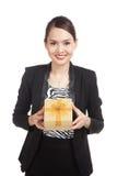 有一个金黄礼物盒的年轻亚裔女商人 免版税库存照片