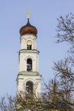 有一个铜圆顶的教会和响铃和时钟 免版税库存照片