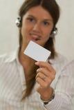 有一个银行信用卡的聪明的女孩在她的现有量 库存图片