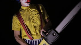 有一个锯的可怕小丑在黑暗 威胁您的小丑凶手 影视素材