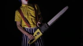 有一个锯的可怕小丑在黑暗 威胁您的小丑凶手 股票视频