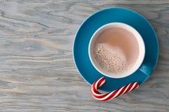 有一个镶边棒棒糖的可可粉杯子 免版税库存图片