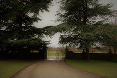 有一个门的庭院道路在末端 库存图片