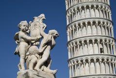 有一个雕象的比萨斜塔在前景 免版税库存图片