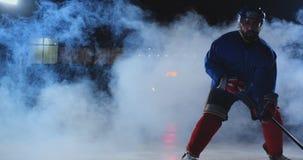 有一个顽童的男性曲棍球运动员在冰竞技场显示滴下的直接搬入直接地照相机和看 股票录像
