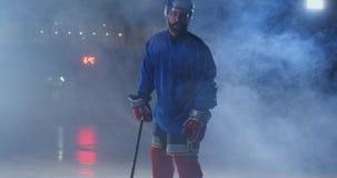 有一个顽童的男性曲棍球运动员在冰竞技场显示滴下的直接搬入直接地照相机和看 影视素材