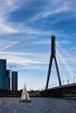 有一个风帆的游艇在缆绳被停留的桥梁在里加 库存图片