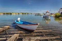 有一个马达的传统葡萄牙小船在船坞 免版税图库摄影