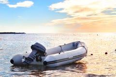 有一个马达的可膨胀的小船在海湾 库存图片