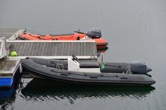 有一个马达的可膨胀的小船在船坞 免版税库存图片