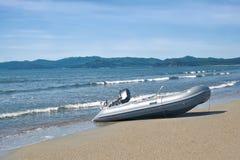 有一个马达的小船在海滨 库存图片