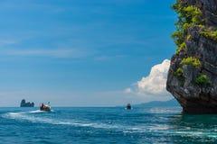 有一个马达的快速的木泰国小船在安达曼海 库存图片