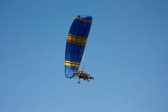 有一个马达的滑翔伞在天空 库存图片