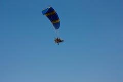 有一个马达的滑翔伞在天空 免版税库存图片