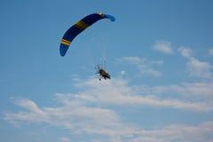 有一个马达的滑翔伞在天空 免版税库存照片
