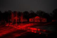 有一个鬼魂的老房子在森林里在晚上或雾的被放弃的被困扰的恐怖议院 老神秘的大厦在死的树森林C里 库存图片