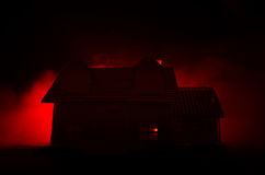 有一个鬼魂的老房子在被月光照亮夜或雾的被放弃的被困扰的恐怖议院 与超现实的大满月的老神秘的别墅 免版税库存图片