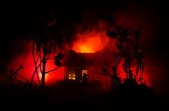 有一个鬼魂的老房子在被月光照亮夜或雾的被放弃的被困扰的恐怖议院 与超现实的大满月的老神秘的别墅 免版税库存照片