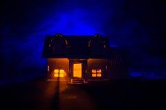 有一个鬼魂的老房子在被月光照亮夜或雾的,与超现实的大满月的老神秘的别墅被放弃的被困扰的恐怖议院 免版税库存图片