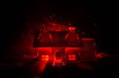 有一个鬼魂的老房子在被月光照亮夜或雾的,与超现实的大满月的老神秘的别墅被放弃的被困扰的恐怖议院 免版税图库摄影
