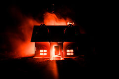 有一个鬼魂的老房子在被月光照亮夜或雾的,与超现实的大满月的老神秘的别墅被放弃的被困扰的恐怖议院 图库摄影